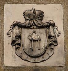 Herb Leszczyc znajdujący się na fasadzie pałacu Radolińskich w Jarocinie